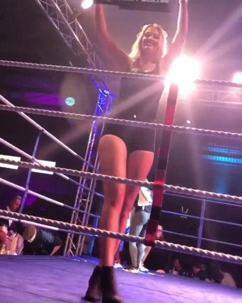 Bella từng tham gia làm ring girl khi còn học đại học