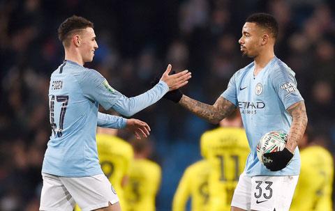 Gabriel Jesus (phải) và Phil Foden đủ sức gánh vác hàng công của Man City khi thiếu vắng những trụ cột