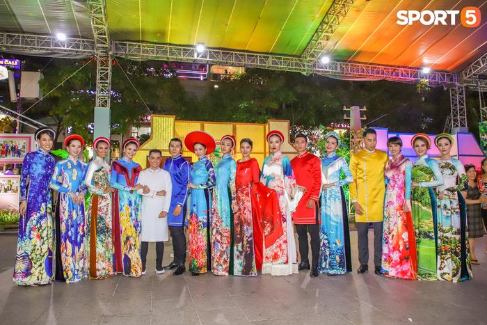 Nam thần bóng rổ VBA lấn sân người mẫu, tự tin sải bước cùng tà áo dài truyền thống Việt Nam - Ảnh 5.
