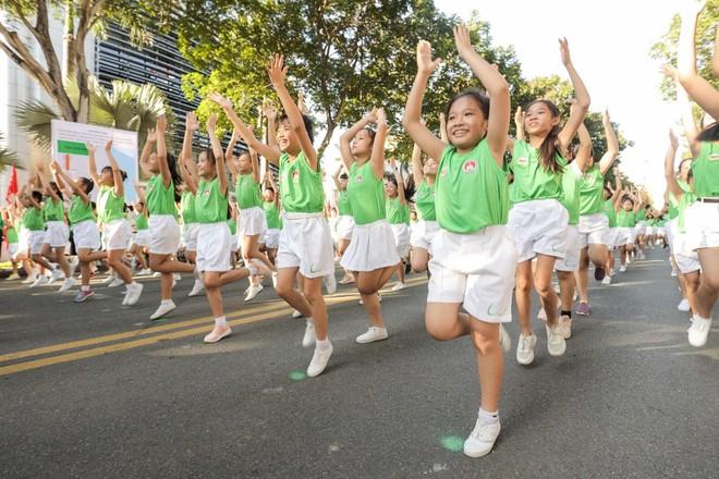"""Màn thể dục đồng diễn của hơn 2.100 học sinh tiểu học trên nền nhạc """"Năng Động Việt Nam"""" tươi vui"""