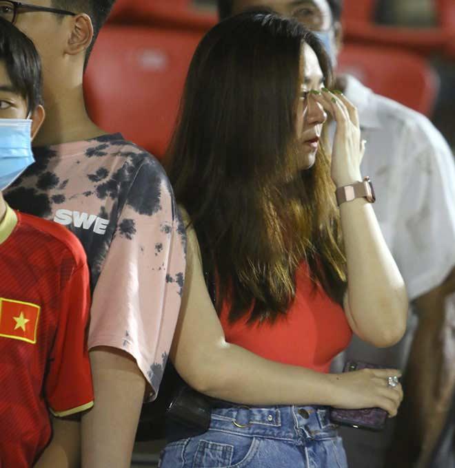 Quang Hải tình cảm với bạn gái, hot girl bật khóc vì TP.HCM thua đậm - 12