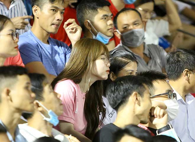 Quang Hải tình cảm với bạn gái, hot girl bật khóc vì TP.HCM thua đậm - 6