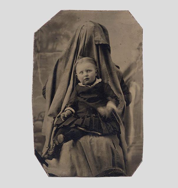Ảnh chụp những đứa trẻ thời xưa sẽ thật bình thường nếu như không ai để ý nhân vật bí ẩn luôn ngồi phía sau chúng - Ảnh 2.