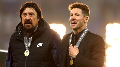 Là trợ lý của HLV trưởng Simone, cựu thủ môn Burgos (trái) đã có những năm tháng tươi đẹp ở Atletico