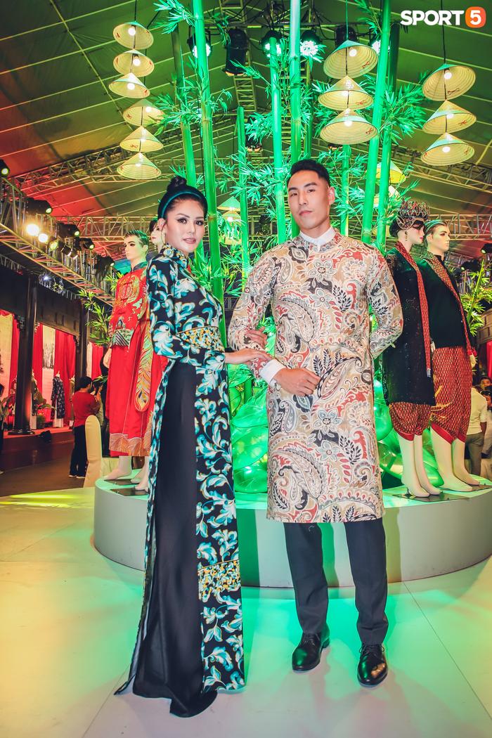 Nam thần bóng rổ VBA lấn sân người mẫu, tự tin sải bước cùng tà áo dài truyền thống Việt Nam - Ảnh 2.