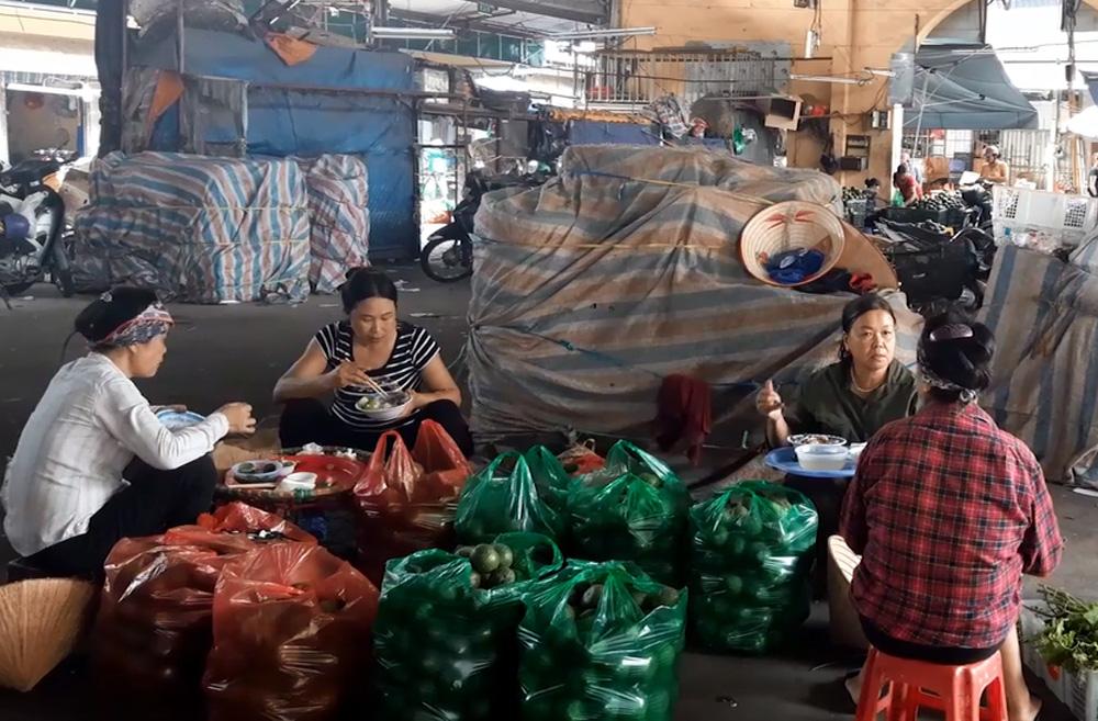 Cửu vạn chợ Long Biên trải lòng về cuộc sống mưu sinh những ngày Hà Nội nắng nóng đỉnh điểm - Ảnh 7.