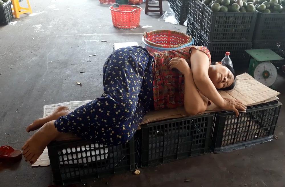 Cửu vạn chợ Long Biên trải lòng về cuộc sống mưu sinh những ngày Hà Nội nắng nóng đỉnh điểm - Ảnh 3.