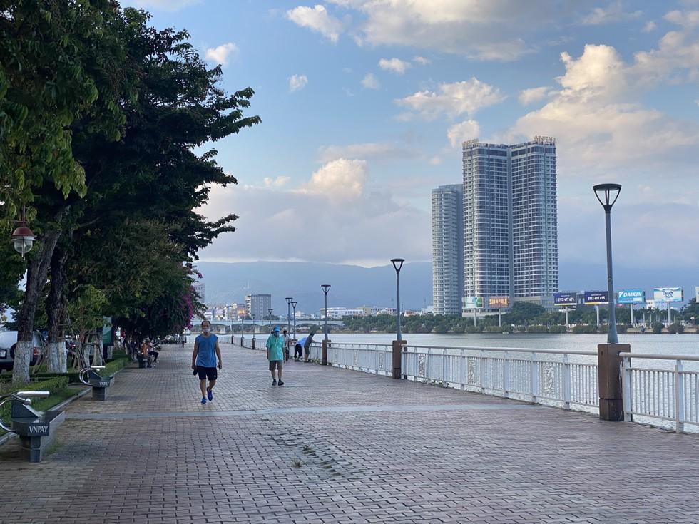 Cận cảnh nhịp sống Đà Nẵng trước giờ giãn cách xã hội phòng Covid-19 - ảnh 2