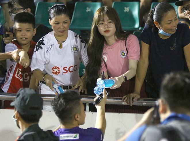 Quang Hải tình cảm với bạn gái, hot girl bật khóc vì TP.HCM thua đậm - 14