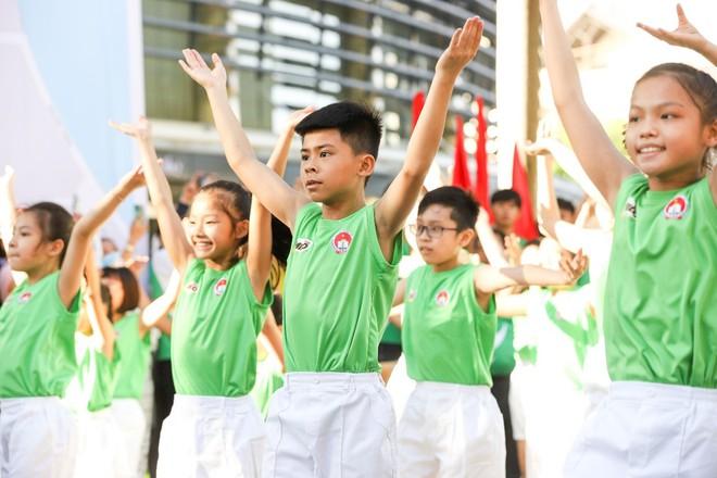 Bài tập thể dục trên nền nhạc vui tươi tạo sự hứng khởi, khuyến khích các em năng tập luyện thể thao