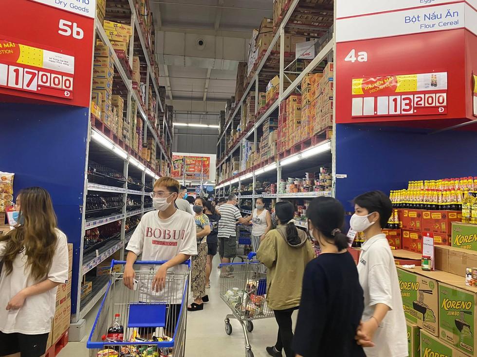 Cận cảnh nhịp sống Đà Nẵng trước giờ giãn cách xã hội phòng Covid-19 - ảnh 8