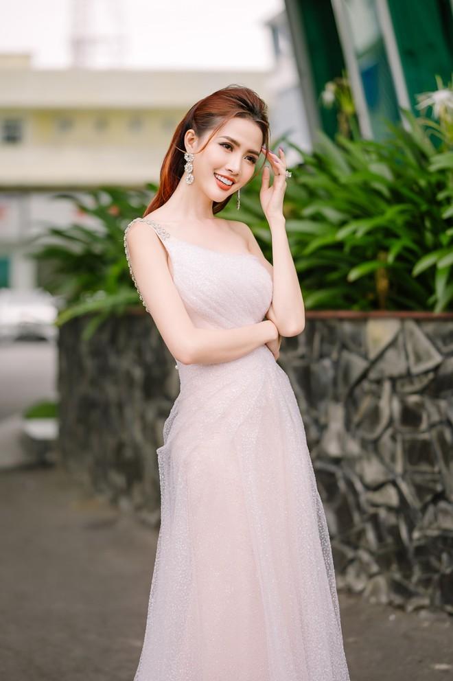 Hoa hậu Phan Thị Mơ đeo nhẫn 5,5 tỉ đồng đi sự kiện - ảnh 3