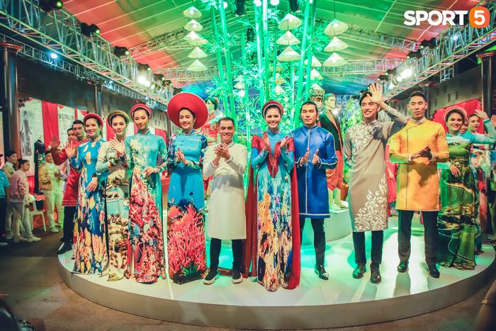 Nam thần bóng rổ VBA lấn sân người mẫu, tự tin sải bước cùng tà áo dài truyền thống Việt Nam - Ảnh 4.