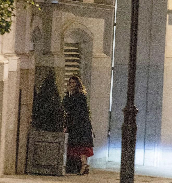 'Đội trưởng Mỹ' Chris Evans bị bắt gặp về khách sạn cùng Lily James sau đêm tiệc tùng 5