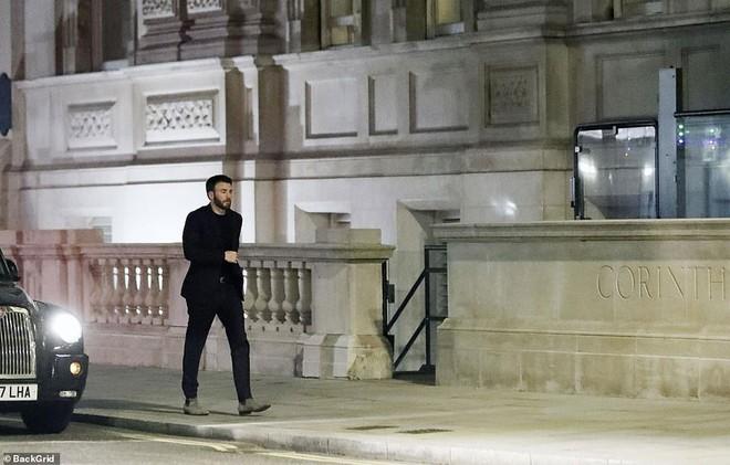 'Đội trưởng Mỹ' Chris Evans bị bắt gặp về khách sạn cùng Lily James sau đêm tiệc tùng 3