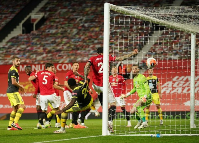 Paul Scholes criticises Manchester United star Victor Lindelof for getting 'bullied' against Southampton - Bóng Đá