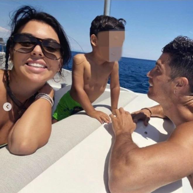 """Ronaldo và bạn gái mải khoe """"ảnh nóng"""", con trai CR7 bị cảnh sát điều tra - 1"""
