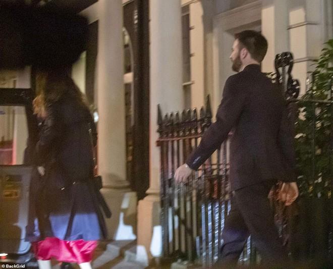 'Đội trưởng Mỹ' Chris Evans bị bắt gặp về khách sạn cùng Lily James sau đêm tiệc tùng 1