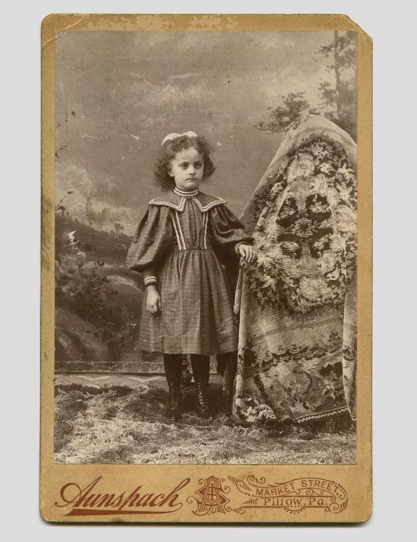 Ảnh chụp những đứa trẻ thời xưa sẽ thật bình thường nếu như không ai để ý nhân vật bí ẩn luôn ngồi phía sau chúng - Ảnh 1.