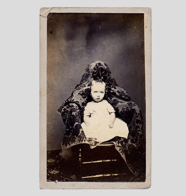 Ảnh chụp những đứa trẻ thời xưa sẽ thật bình thường nếu như không ai để ý nhân vật bí ẩn luôn ngồi phía sau chúng - Ảnh 6.