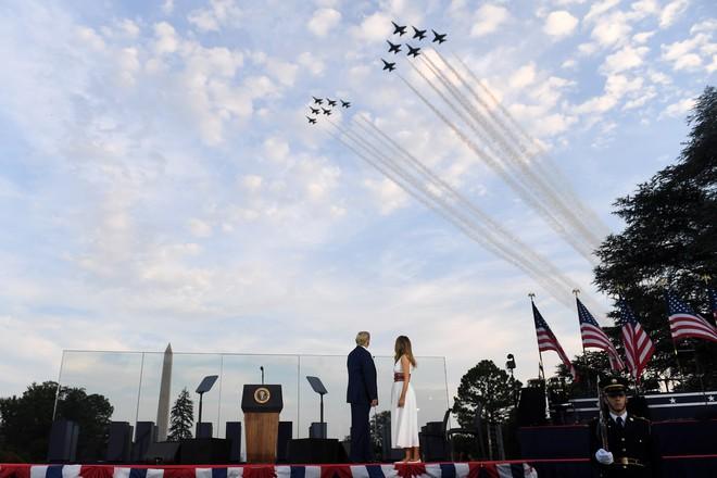 Chiến đấu cơ, oanh tạc cơ bay biểu diễn mừng Quốc khánh Mỹ - ảnh 1