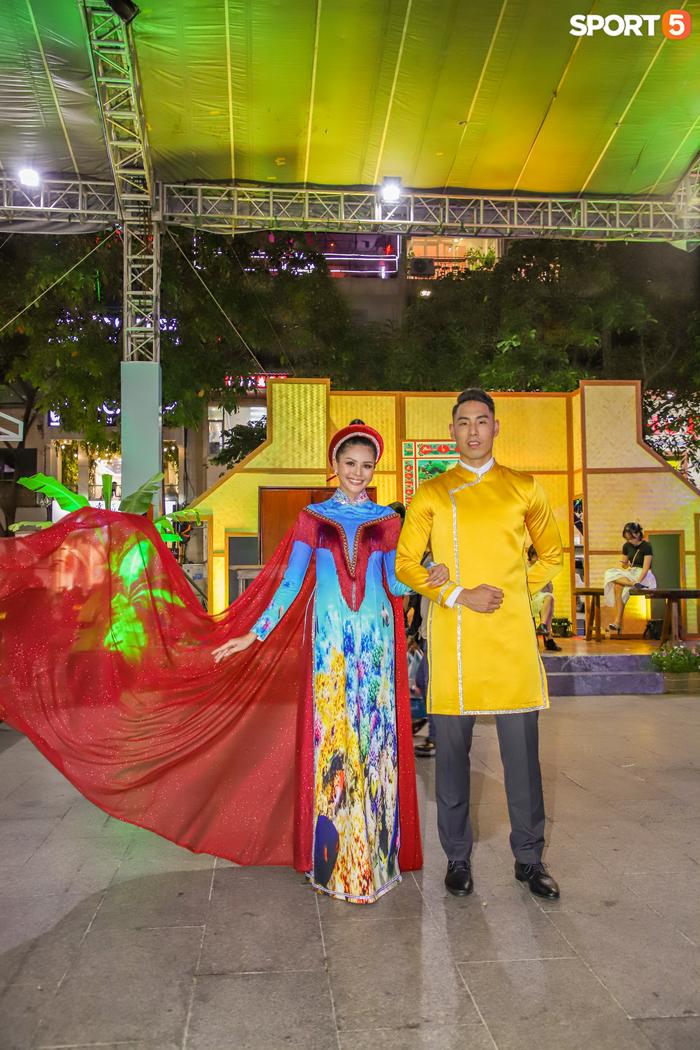 Nam thần bóng rổ VBA lấn sân người mẫu, tự tin sải bước cùng tà áo dài truyền thống Việt Nam - Ảnh 7.