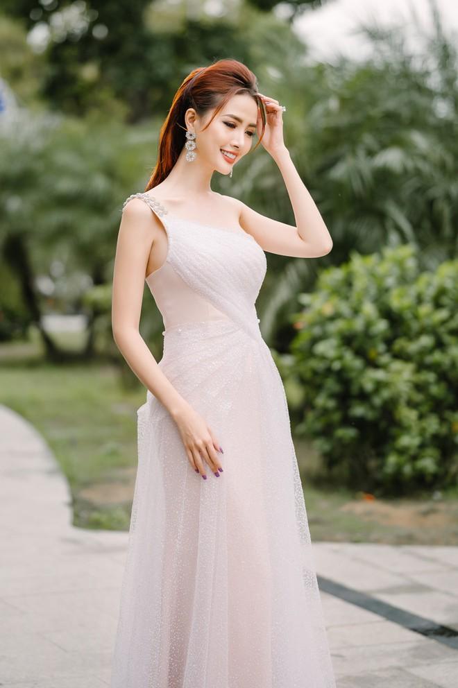 Hoa hậu Phan Thị Mơ đeo nhẫn 5,5 tỉ đồng đi sự kiện - ảnh 2