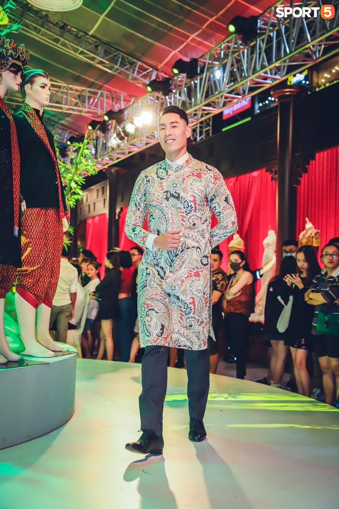 Nam thần bóng rổ VBA lấn sân người mẫu, tự tin sải bước cùng tà áo dài truyền thống Việt Nam - Ảnh 1.
