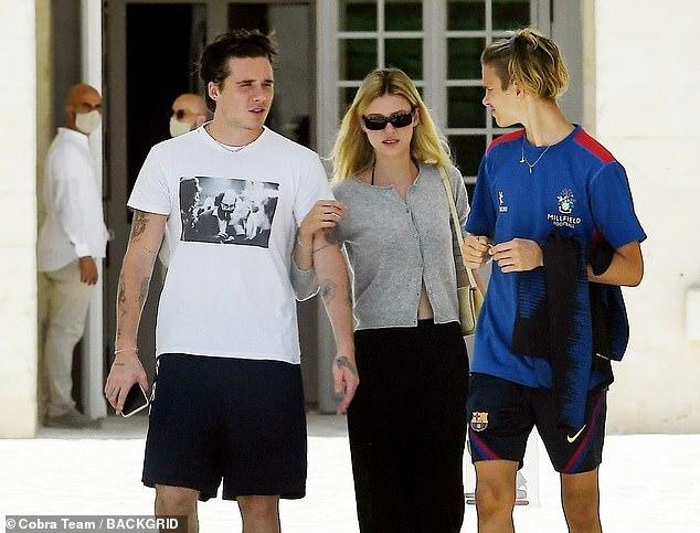 Con dâu tương lai vi vu sang Italy du lịch cùng gia đình Beckham, gây chú ý trong lần đầu lộ diện cạnh Brooklyn kể từ sau tuyên bố đính hôn - Ảnh 3.