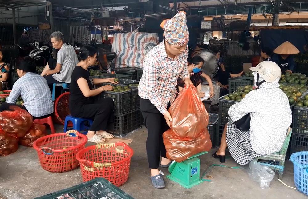 Cửu vạn chợ Long Biên trải lòng về cuộc sống mưu sinh những ngày Hà Nội nắng nóng đỉnh điểm - Ảnh 6.
