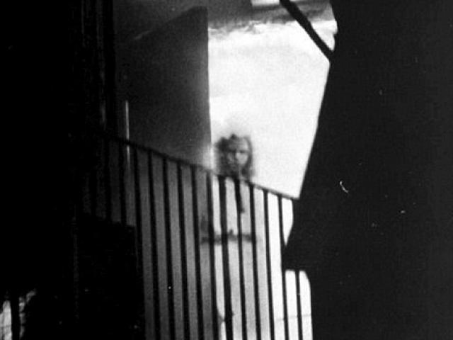 Bí ẩn cô gái vô hồn đứng lấp ló trong bức ảnh đám cháy và lời giải sau 15 năm
