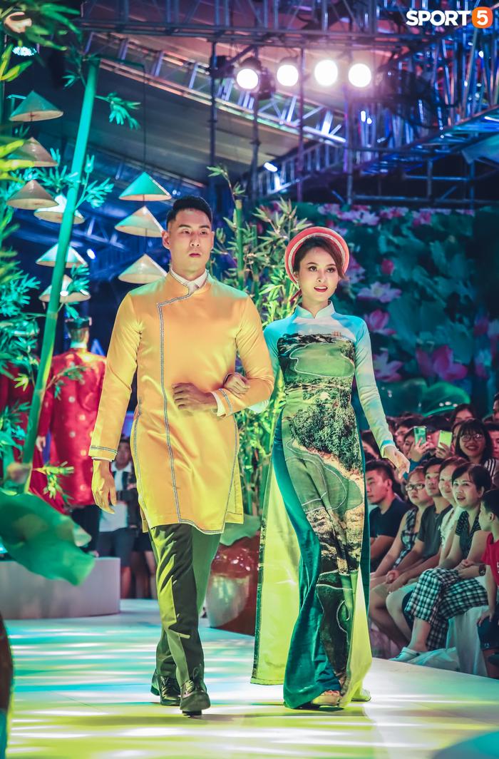 Nam thần bóng rổ VBA lấn sân người mẫu, tự tin sải bước cùng tà áo dài truyền thống Việt Nam - Ảnh 3.