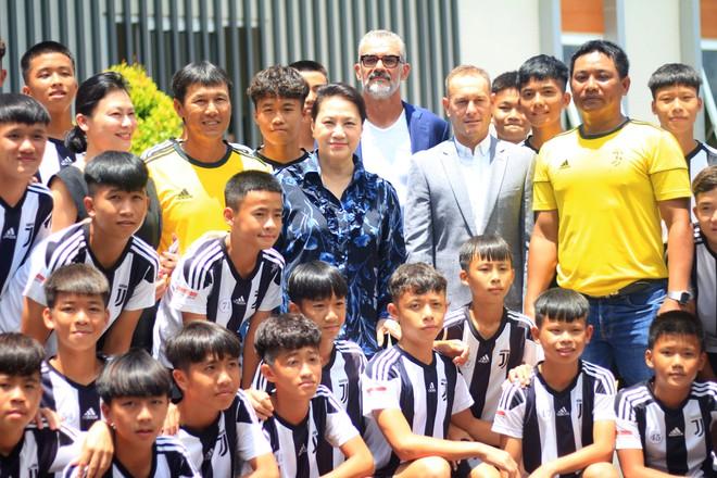 Thăm học viện Juventus, Chủ tịch Quốc hội Nguyễn Thị Kim Ngân gọi tên Trần Công Minh - ảnh 2