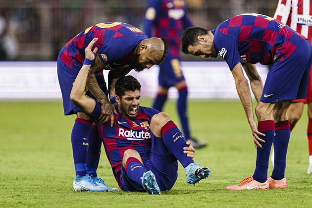 Luis Suarez seen for first time in six weeks during walk with family as Barcelona 'put striker on transfer list' - Bóng Đá