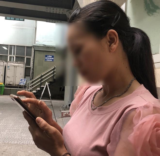 Chị Nguyễn Thị P. lo lắng chờ tin chồng bên ngoài phòng cấp cứu Ảnh: Trần Cường