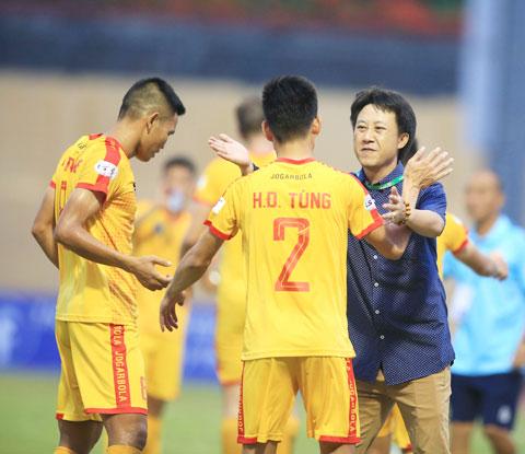 Thầy trò HLV Thành Công ăn mừng chiến thắng tại V.League - Ảnh: Minh Tuấn