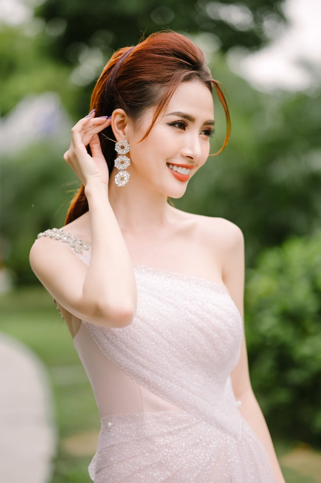 Hoa hậu Phan Thị Mơ đeo nhẫn 5,5 tỉ đồng đi sự kiện - ảnh 1
