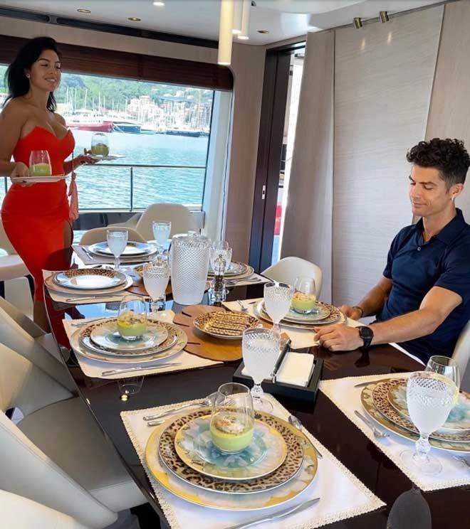Ronaldo tậu du thuyền 135 tỷ đồng chiều mỹ nữ, thư giãn chờ vô địch Serie A - 2