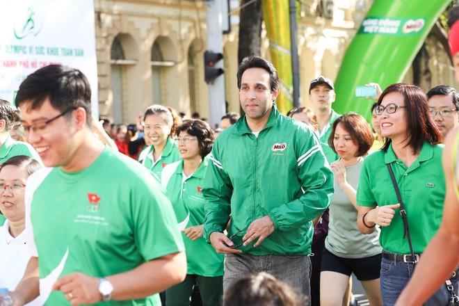 Ông Ali Abbas, Giám đốc ngành hàng MILO và sữa, Công ty Nestlé Việt Nam, tham gia đường chạy trong Ngày chạy Olympic vì sức khỏe toàn dân năm 2020