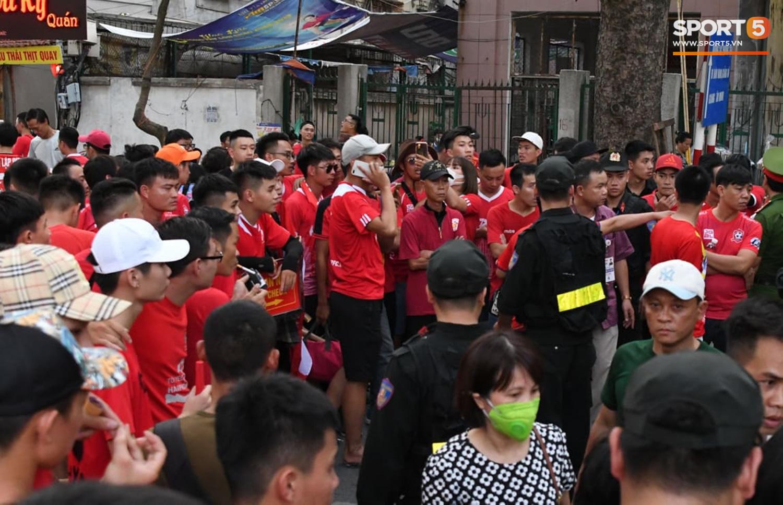 Fan Hải Phòng hô vang nhún nhảy Hồ Tây trên sóng truyền hình - Ảnh 8.