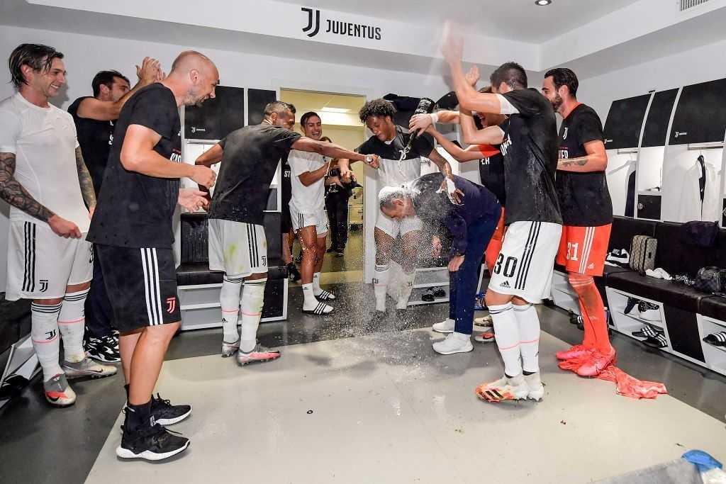 Ronaldo cùng các đồng đội quẩy tưng bừng sau khi lên ngôi tại Serie A: Đứng ở góc nhưng CR7 vẫn gây chú ý bởi cặp đùi cực khủng - Ảnh 5.