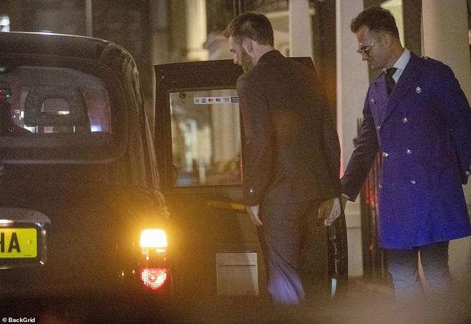 'Đội trưởng Mỹ' Chris Evans bị bắt gặp về khách sạn cùng Lily James sau đêm tiệc tùng 2