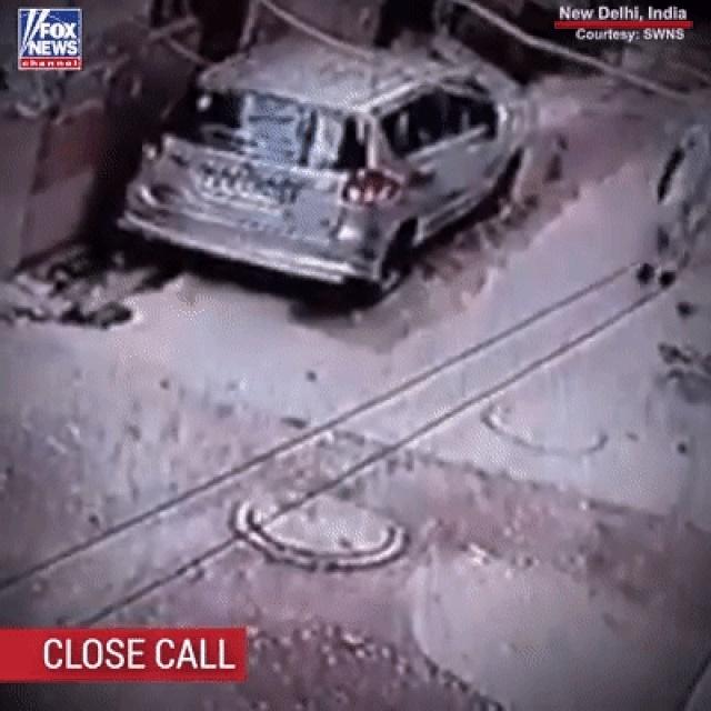 Hố ga phát nổ bật tung nắp cống khiến người đi đường suýt bỏ mạng